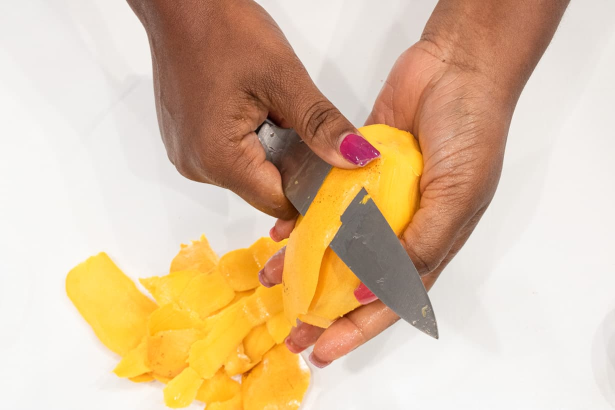 hand cutting mango
